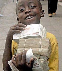 Niño cargado de billetes