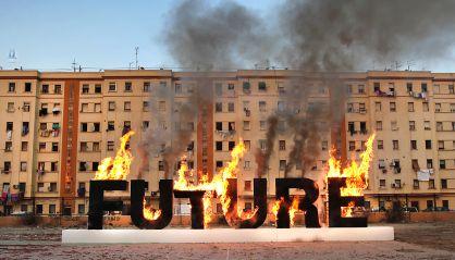 El artista transgresor Santiago Sierra quema el futuro en El Cabanyal (Valencia)