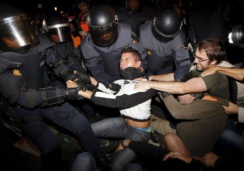 Manifestantes, cargas policiales y algaradas en el 25-S en España.